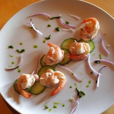 Gambas con mayonesa de salmón y pepino encurtido