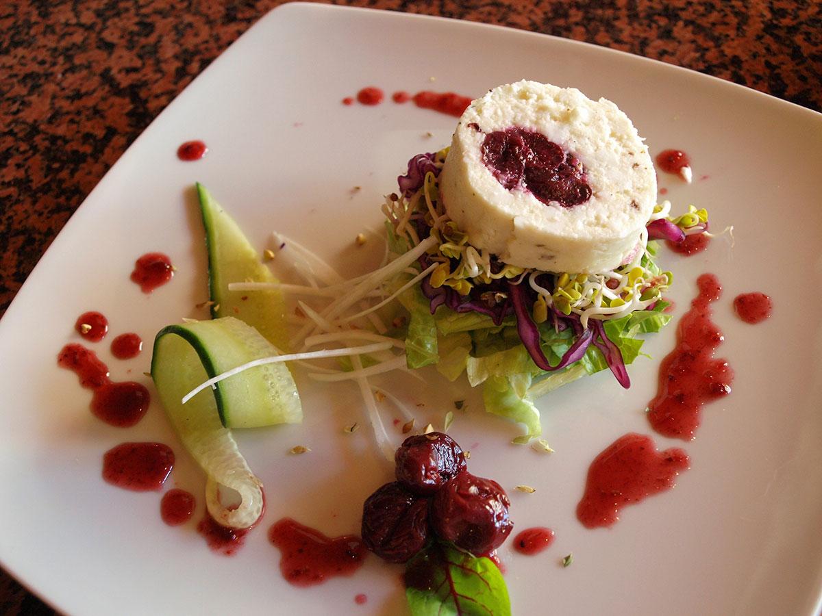 Ensalada de queso payoyo fresco con cerezas pasas